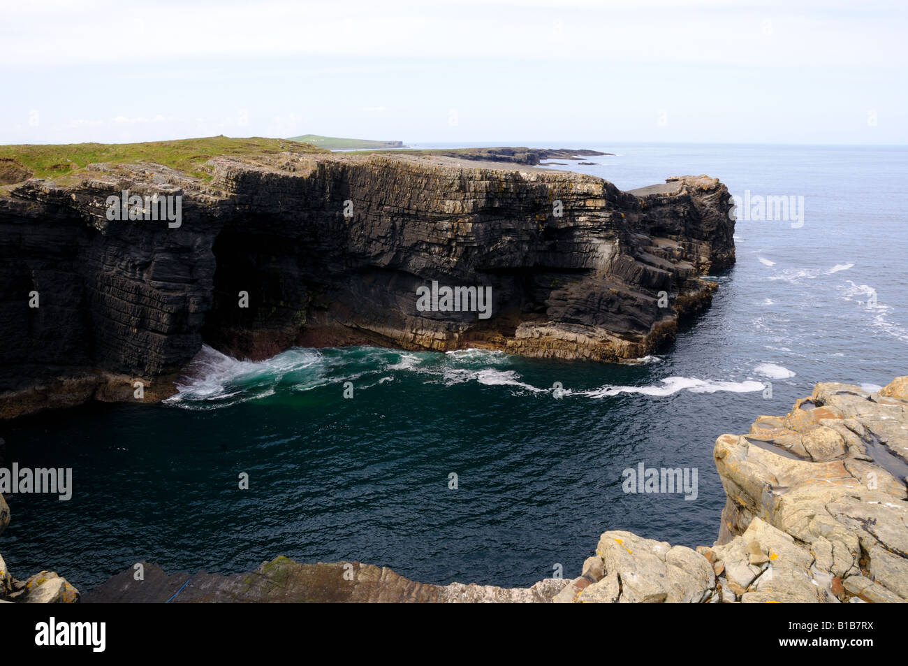 Rocky cliff at the Atlantic coast of western Ireland. - Stock Image