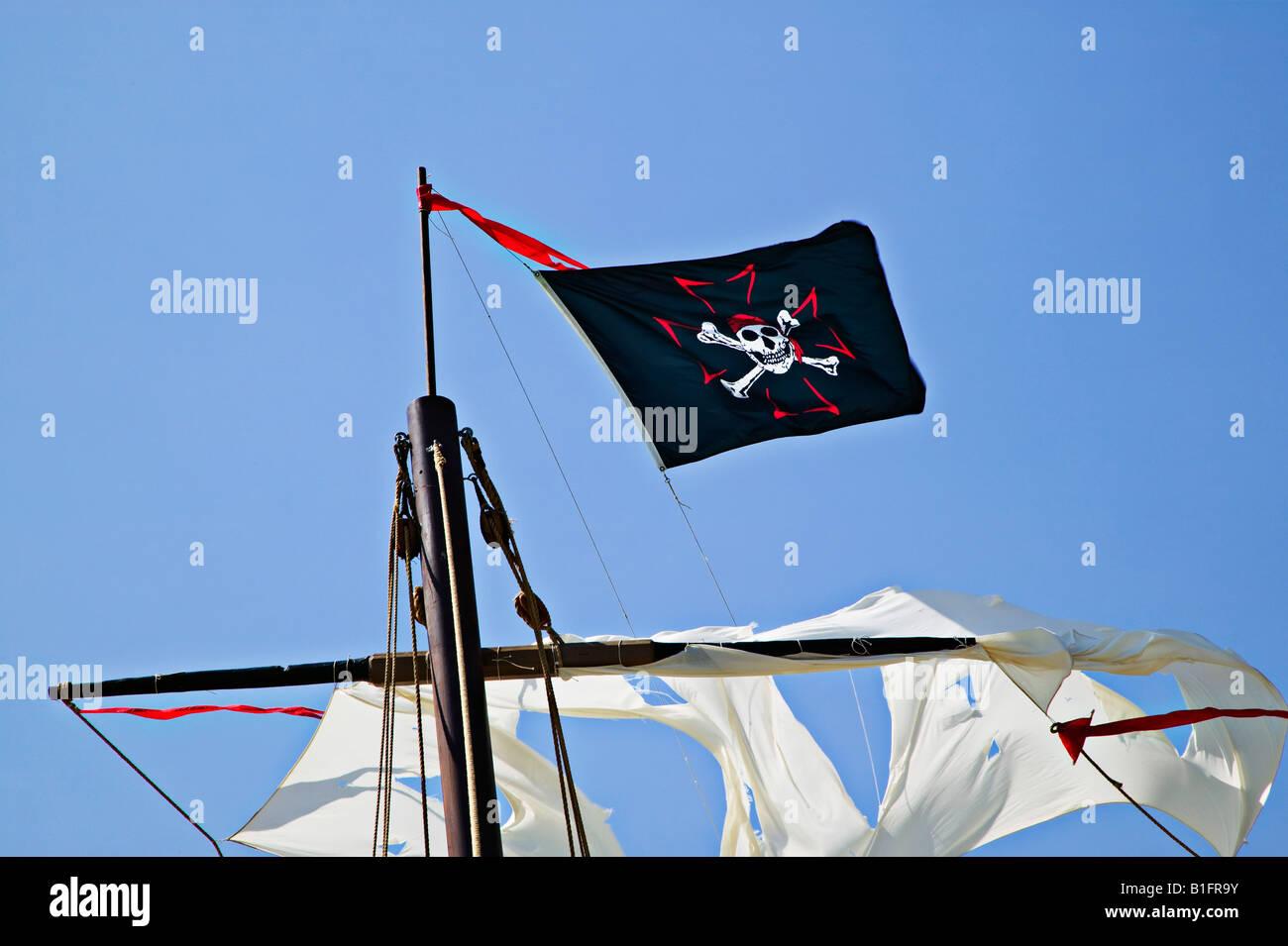 Pirate flag on ships mast - Stock Image