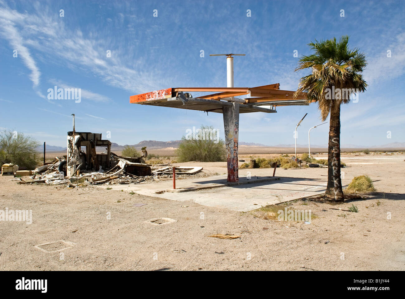 Derelict Gas Station, Mojave Desert near the ghost town of Rice, highway 62, California, USA. - Stock Image