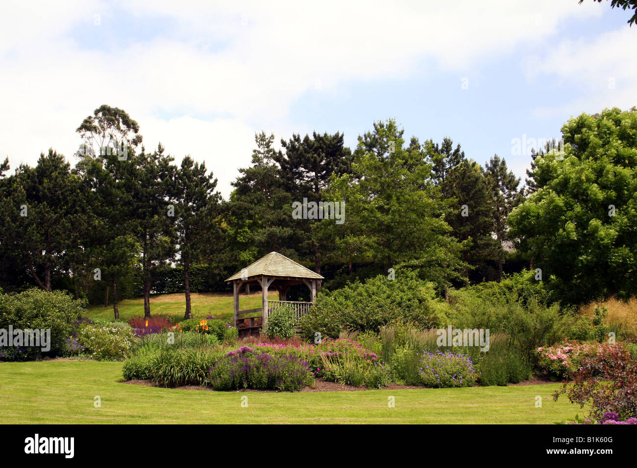 ENGLISH COUNTRY GARDEN AND SUMMER HOUSE. RHS HYDE HALL ESSEX UK - Stock Image