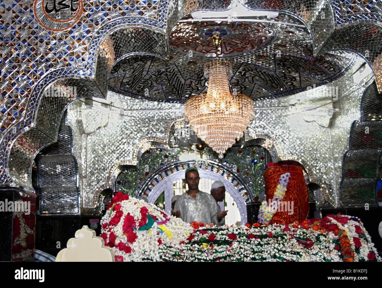 Muslim praying at the tomb or Dargah of the Sufi Saint Tawakkal Mastan, Cottonpet, Bangalore, Karnataka, India - Stock Image