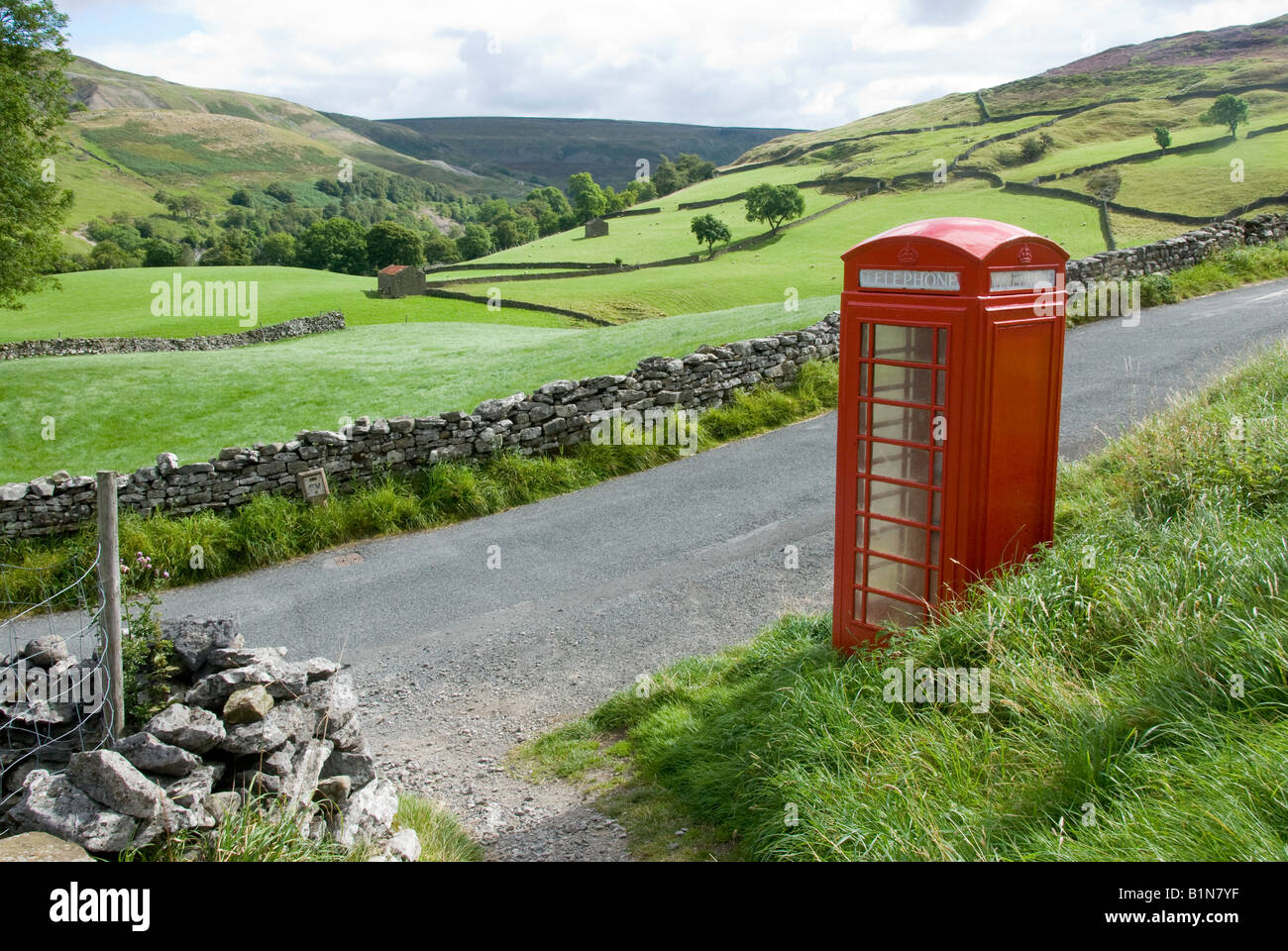 Stonewalls and red phonebox, Keld Village, Swaledale, Yorkshire Dales National Park - Stock Image