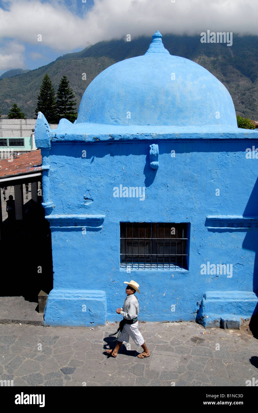 GUATEMALA NATIVE QUICHE MAN WALKING IN THE COLONIAL STREETS OF SANTIAGO ATITLAN Photo Julio Etchart - Stock Image