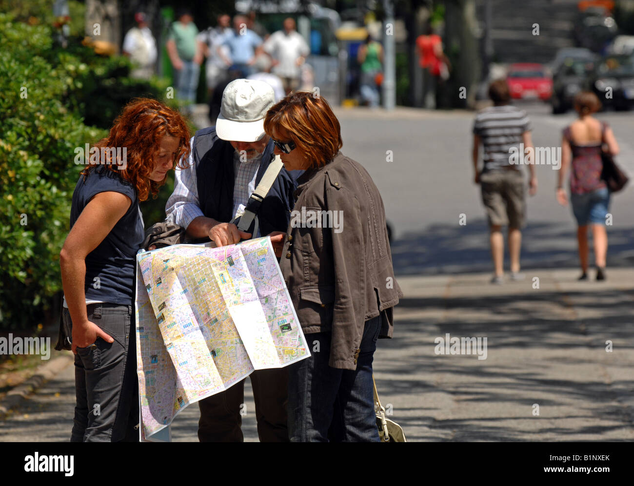 Map Of Spain For Tourists.Tourists Reading A Map Barcelona Spain Stock Photo 18306811 Alamy