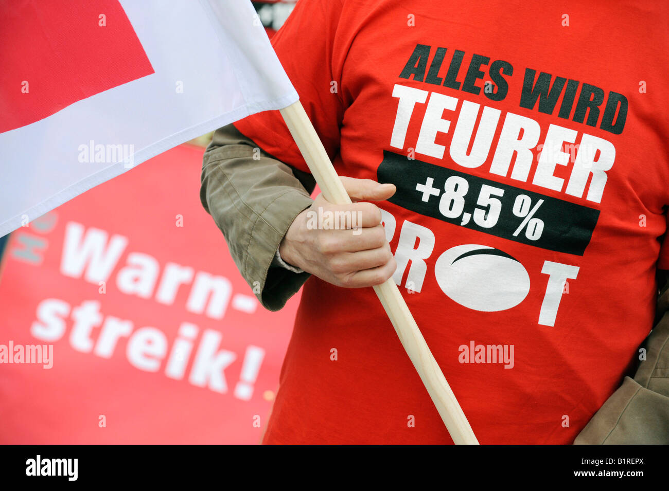 Protest, demonstrator wearing a t-shirt reading Alles wird teurer +8, 5% Brot, everything is getting more expensive Stock Photo