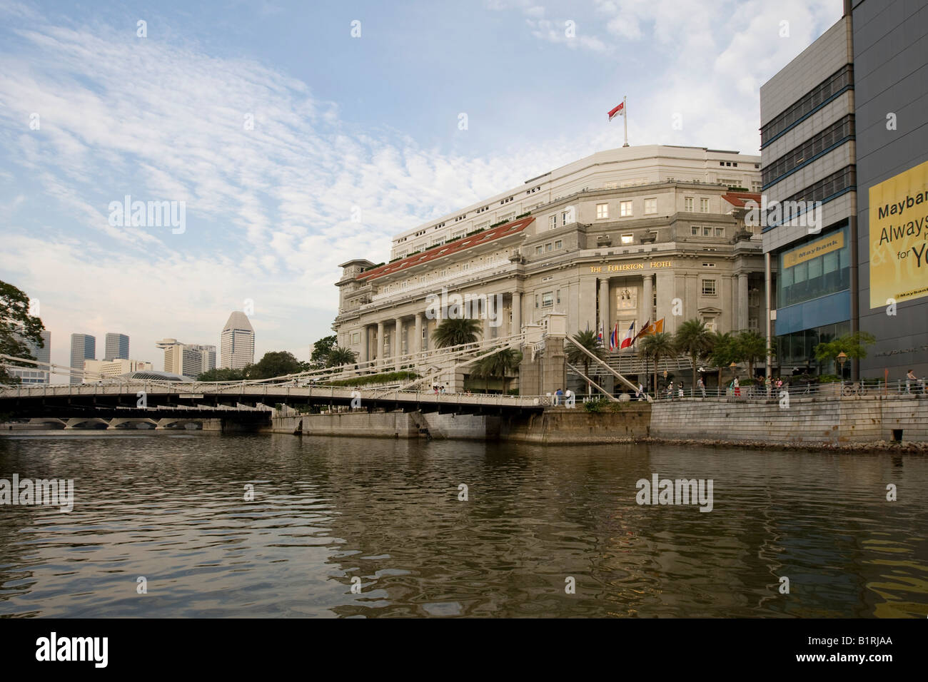 Fullerton Hotel and Anderson Bridge on the Singapore River, Singapore, Southeast Asia - Stock Image