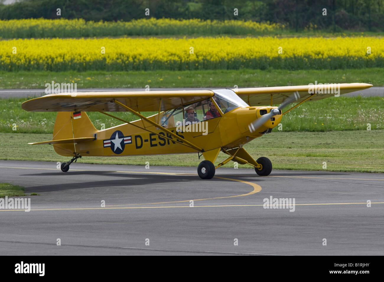 Small, single-engined sports plane taxiing on the runway of Egelsbach Airport, Hesse, Germany, Europe - Stock Image