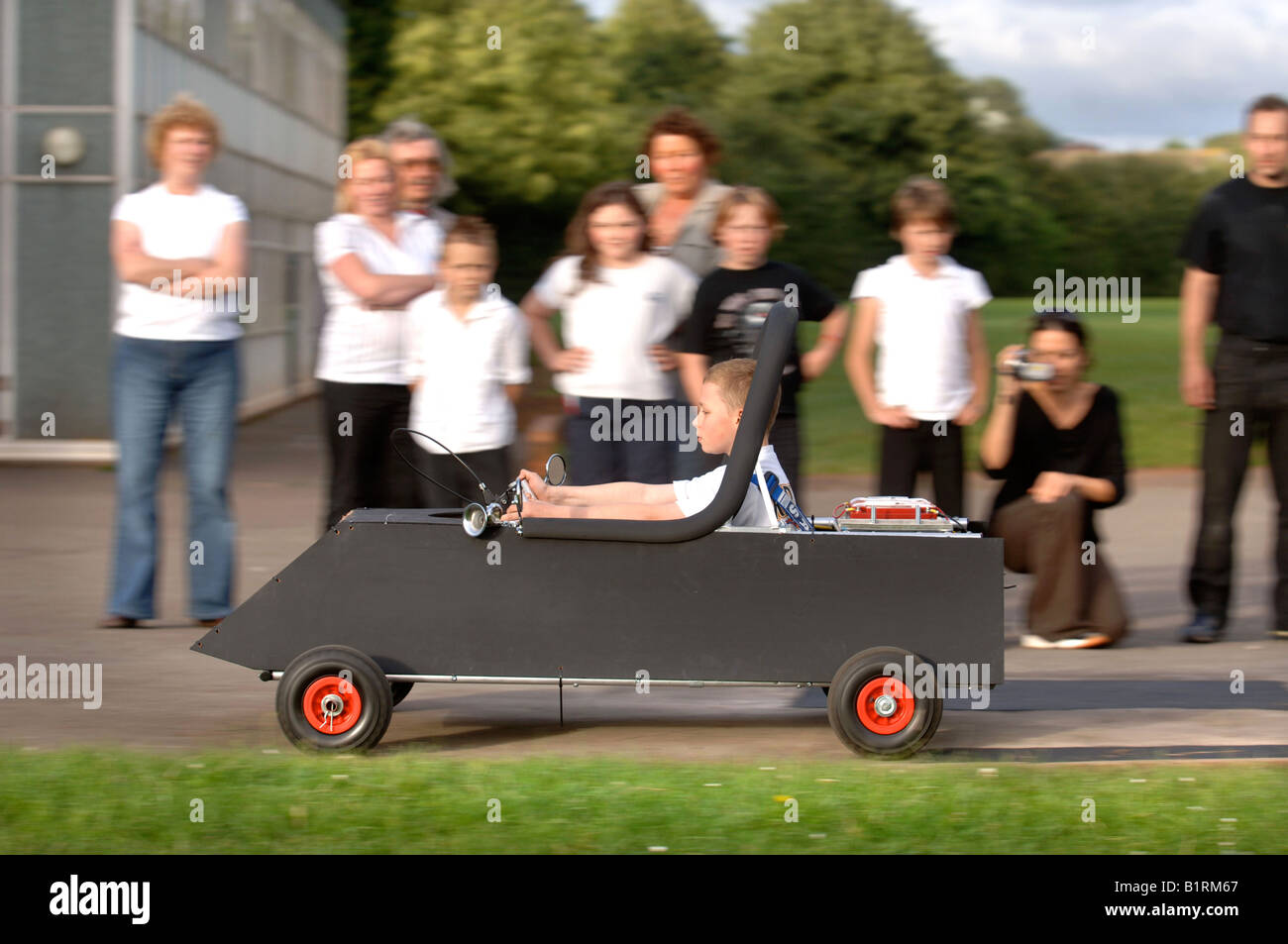 PARENTS AND PUPILS OF RODFORD PRIMARY SCHOOL IN YATE SOUTH GLOUCESTERSHIRE WITH THEIR HAND BUILT ELECTRIC KIT CAR - Stock Image