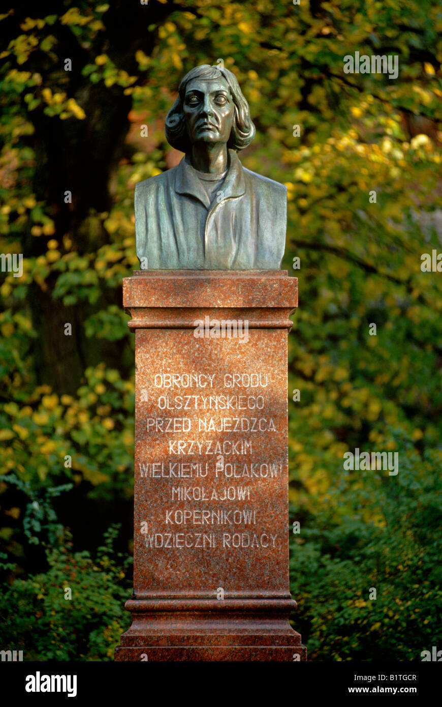 Bust of Nicolaus Copernicus below the former castle of the teutonic order in Olsztyn (Masuria, Poland). - Stock Image