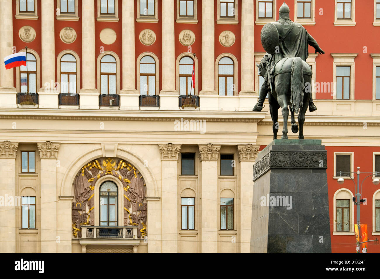 Statue (1954) of Prince Yuri Dolgorukiy, founder of Moscow.  Behind is the Moscow Mayor's office, Tverskaya - Stock Image