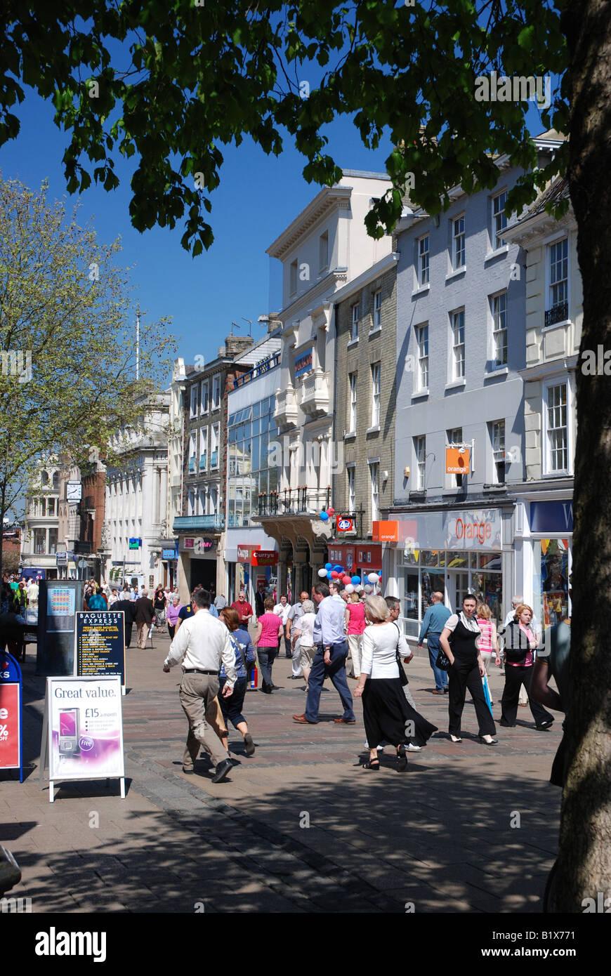 Shoppers on Gentleman's Walk, Norwich - Stock Image