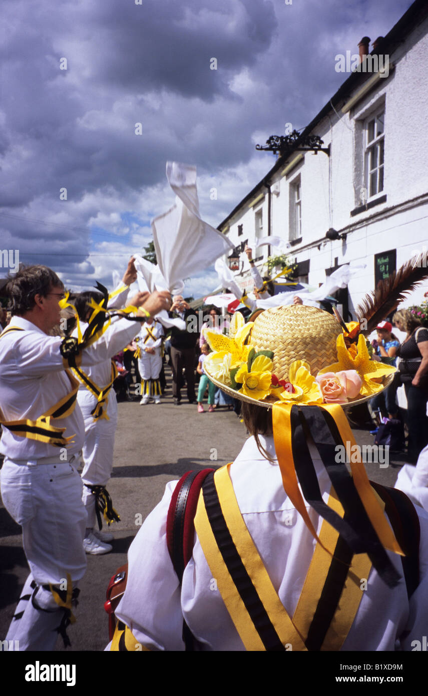Traditional Morris Dancers Dancing Outside The Kings Lock Pub In Middlewich Cheshire - Stock Image