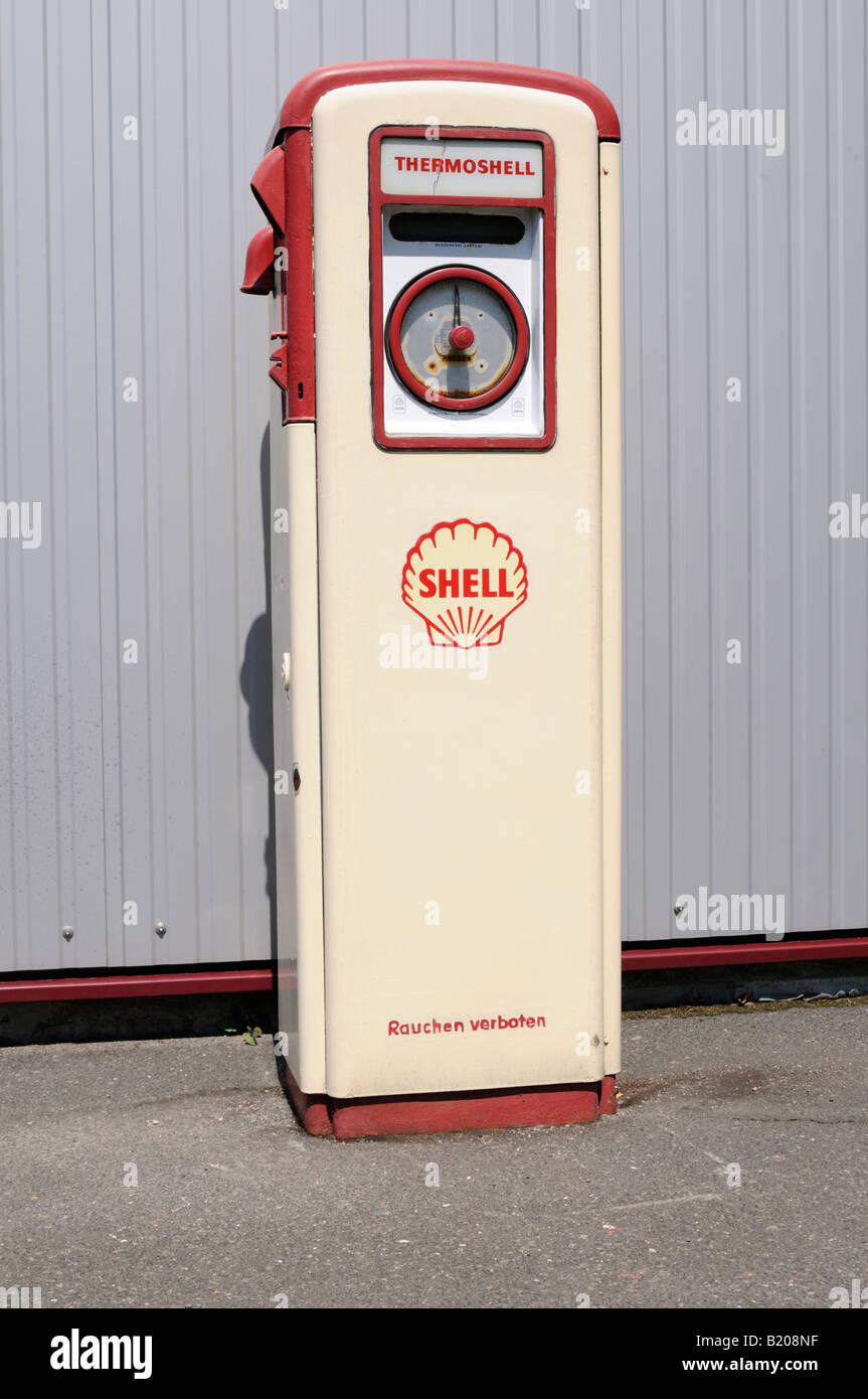 Alte Zapfsäule gesehen in Deutschland Vintage petrol pump seen in Germany - Stock Image