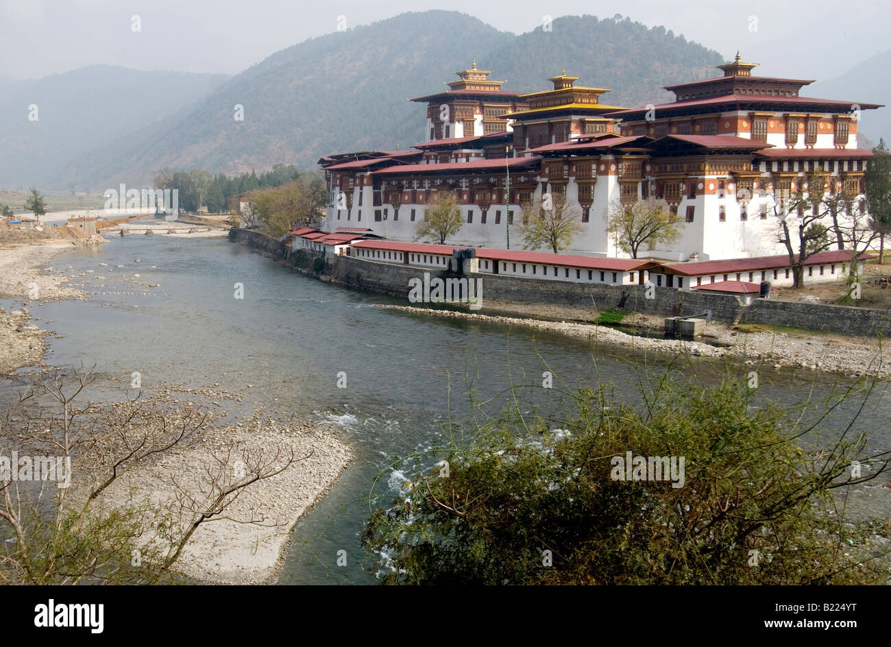 Punakha Dzong at the confluence of the Mo Chhu (Mother River) and the Pho Chhu (Father River) - Stock Image