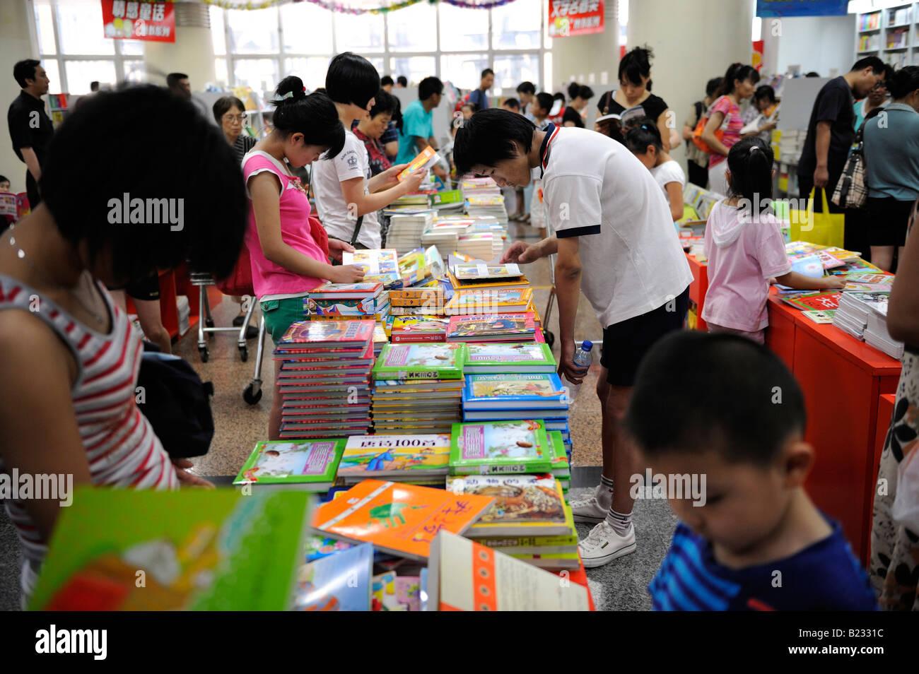 Peope reading in Wangfujing Bookstore in Beijing, China. 12-Jul-2008 - Stock Image