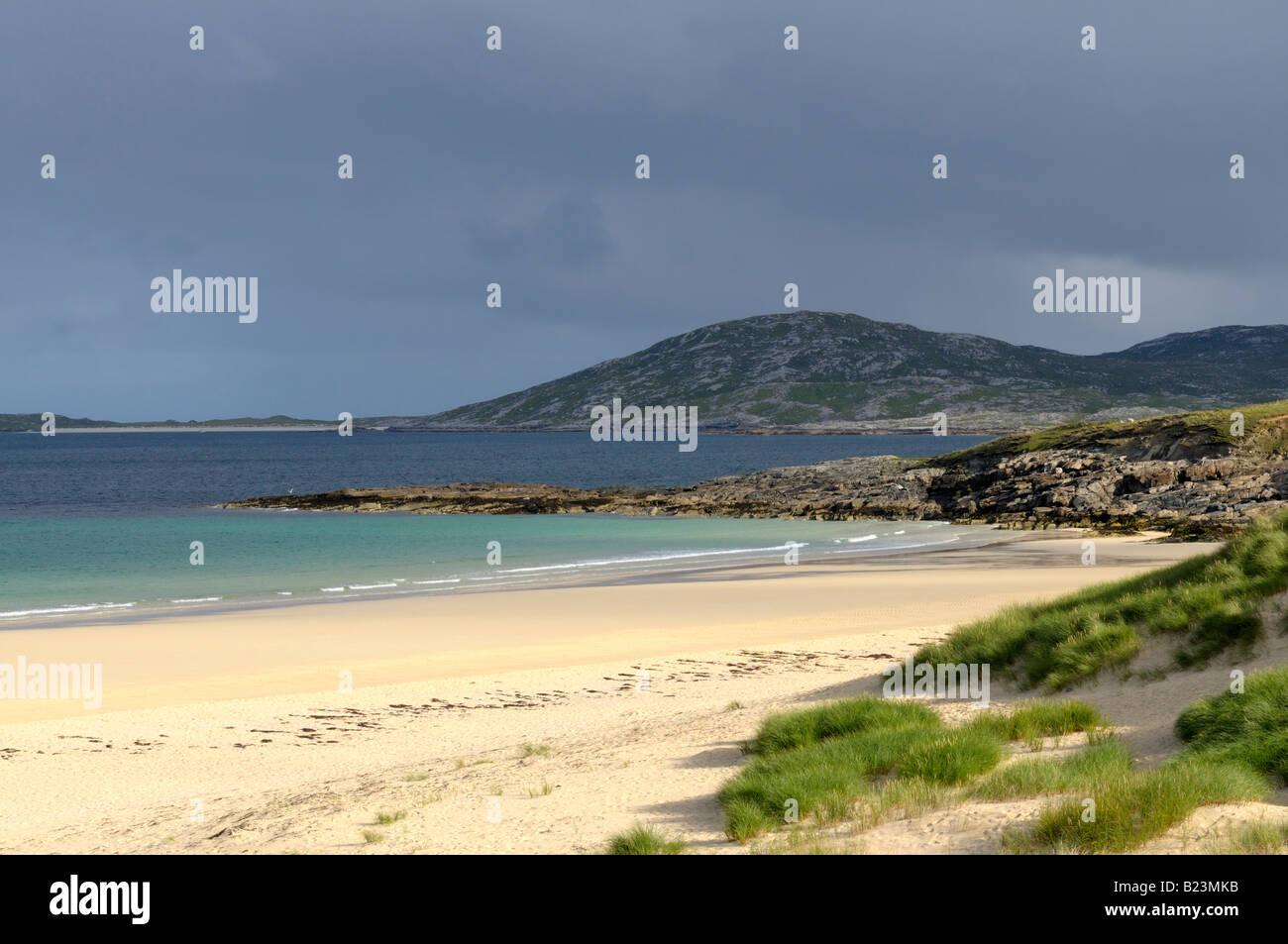 View over Traigh Lar beach to the island of Taransay - Stock Image