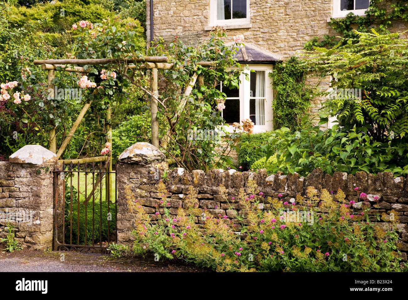 A pretty English country cottage in the Cotswold village of Ashton Keynes, Wiltshire, England, UK - Stock Image
