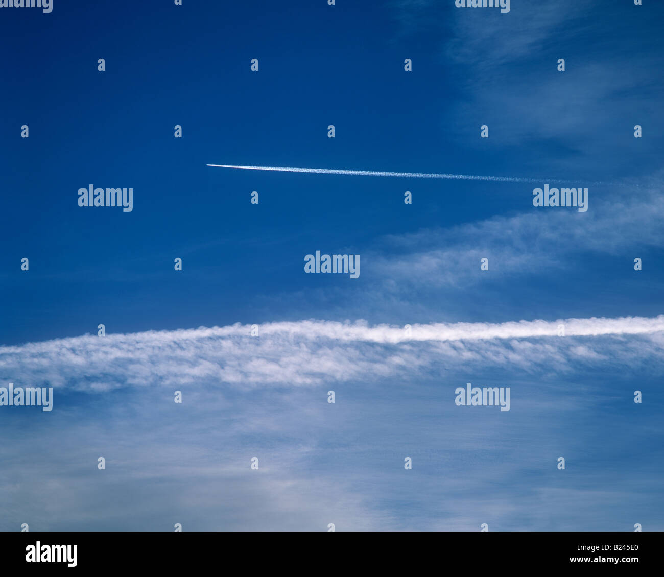 An airplanes vapour trail in the sky - Stock Image