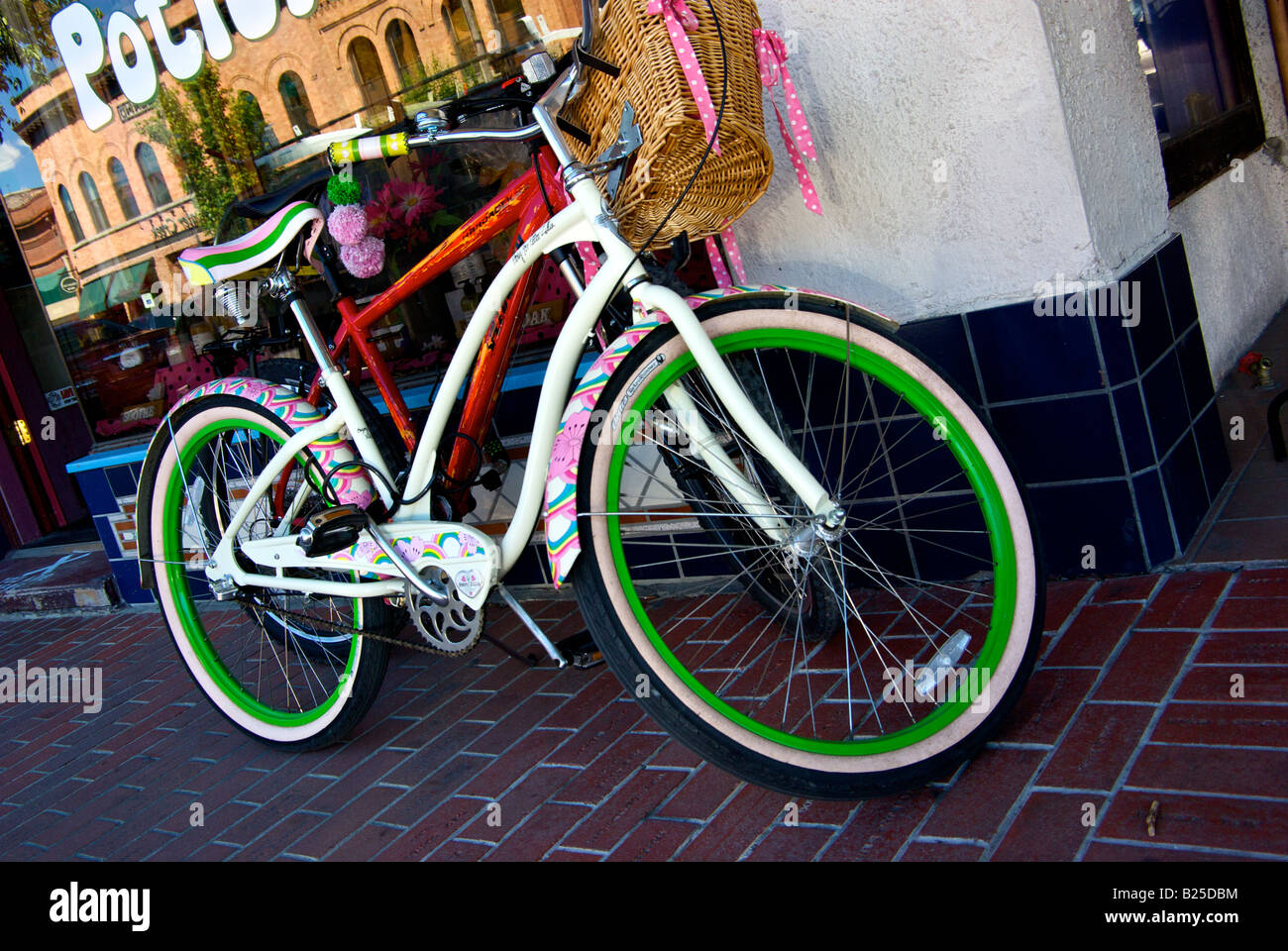 Retro style bicycle in front of store in Sandpoint idaho - Stock Image