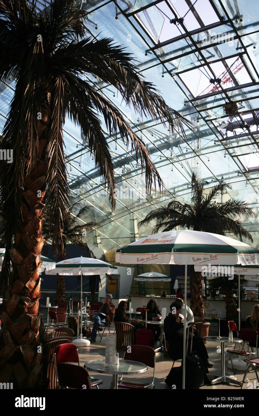 Cafe, Frankfurt Flughafen train station - Stock Image