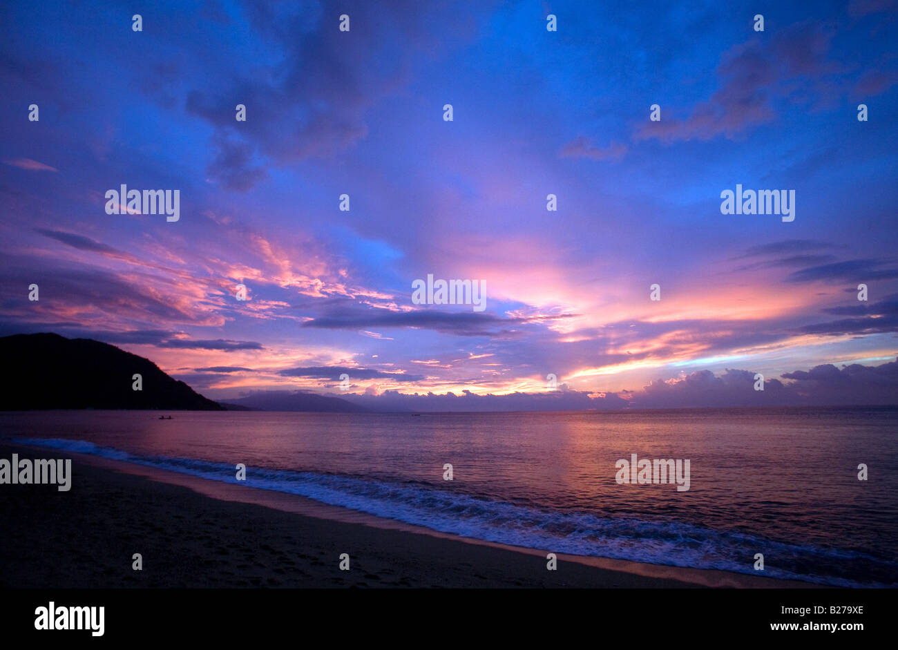 The sun sets on White Beach near Puerto Galera, Oriental Mindoro, Philippines. - Stock Image