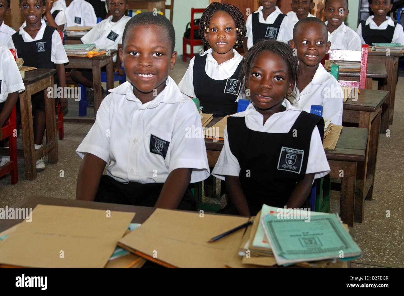 Students of a primary class of the De Youngsters International School, Accra, Ghana - Stock Image