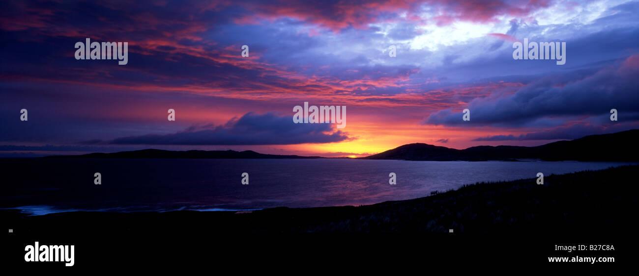 Dramatic sunset over Taransay from the Isle of Harris, Western Isles, Scotland - Stock Image