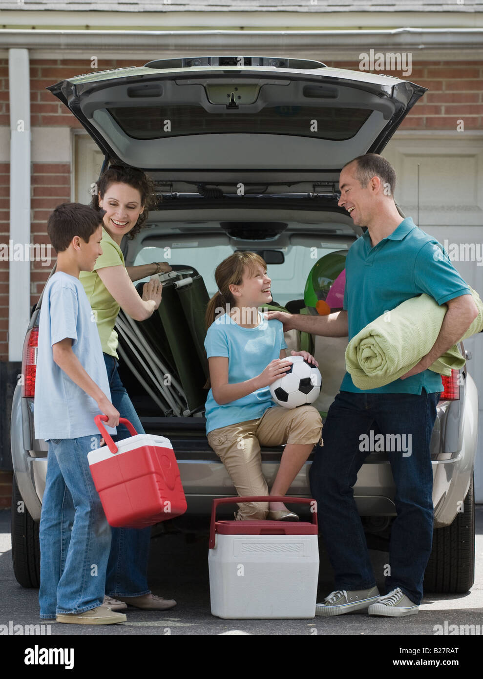 Family packing car for vacation - Stock Image