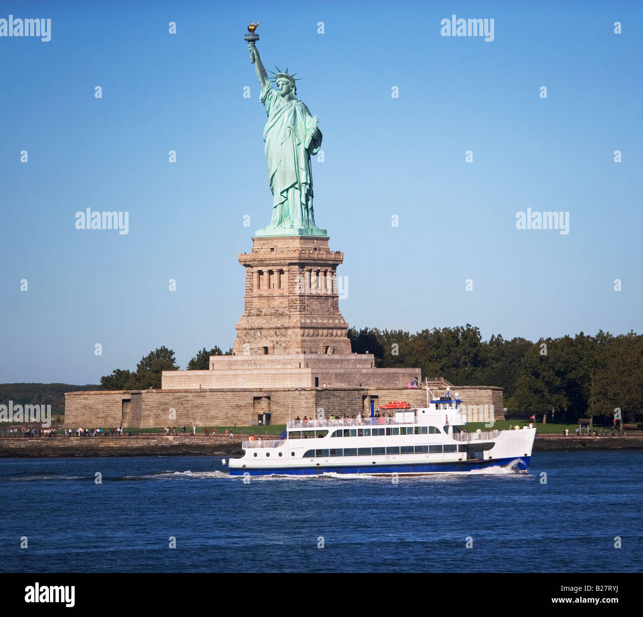 Circle Line cruising past Statue of Liberty, New York, United States - Stock Image