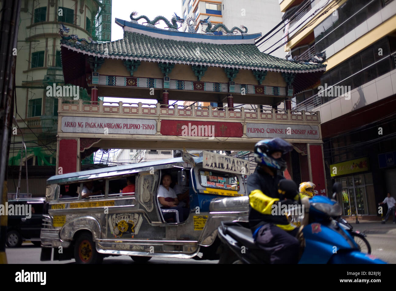 Traffic passes by the Filipino-Chinese Friendship Arch in the China Town district of Manila, Philippines. - Stock Image