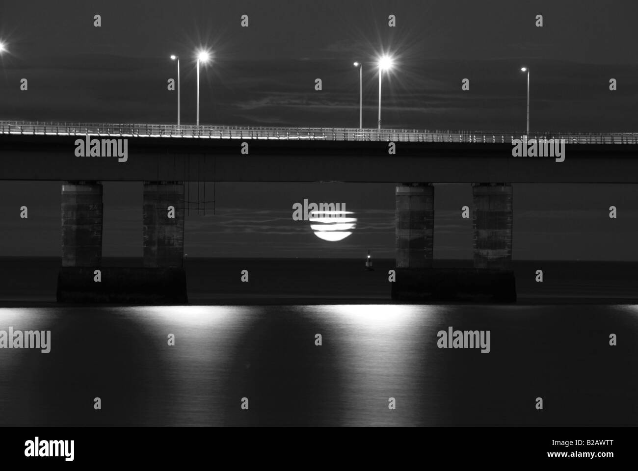 Tayroad bridge dundee moon rise night shot with low moon - Stock Image