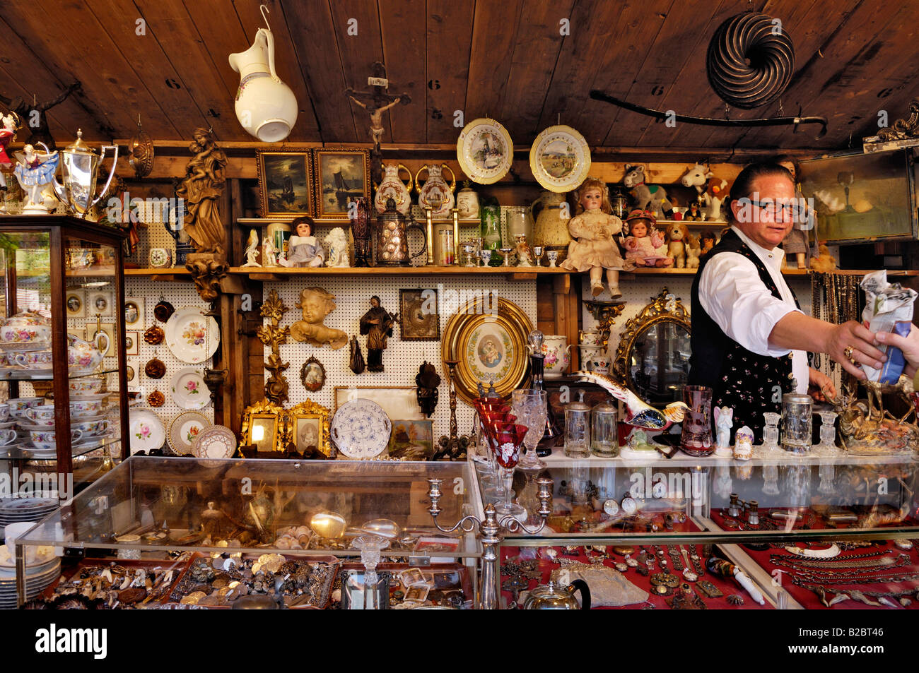 Table wear and various other things, Auer Dult, traditional market in Munich, Bavaria, Germany, Europe - Stock Image