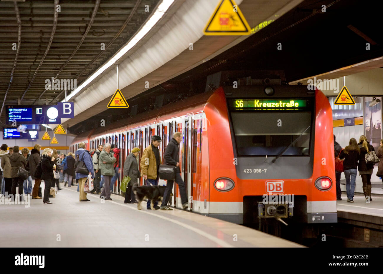 S bahn train s7 line stopping at marienplatz square - Fundburo s bahn munchen ...