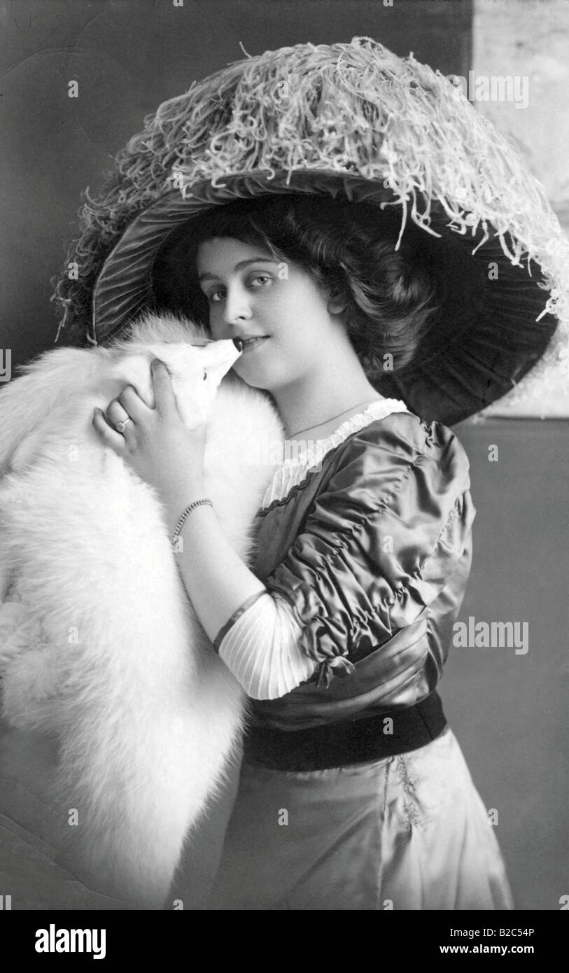Woman wearing a big hat and fur, historic picture from about 1910 Stock Photo