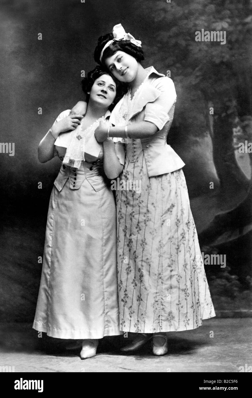 Die keusche Barbara, two women embracing, historic picture from about 1910 - Stock Image