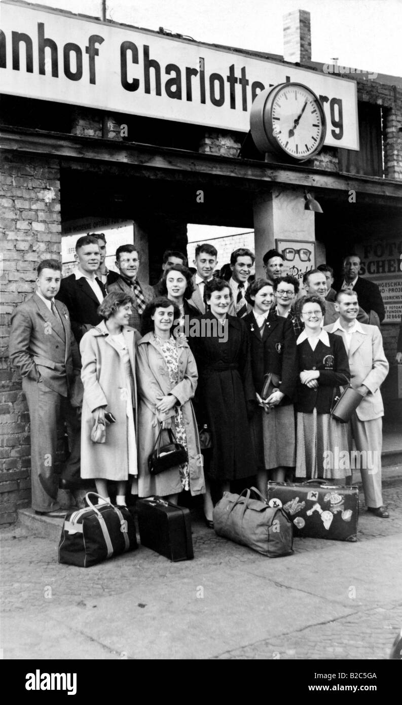 Travelers in front of Berlin Charlottenburg Station, historic picture from about 1940, Berlin, Germany, Europe - Stock Image
