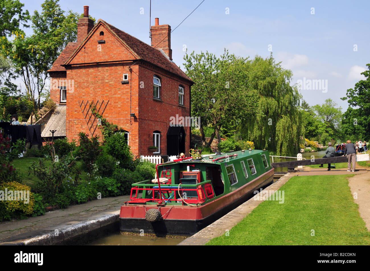 Narrowboat navigating the lock at Cropredy on the Oxford canal, Oxfordshire - Stock Image