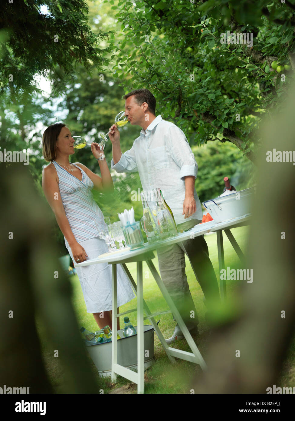 Couple drinking wine in garden - Stock Image