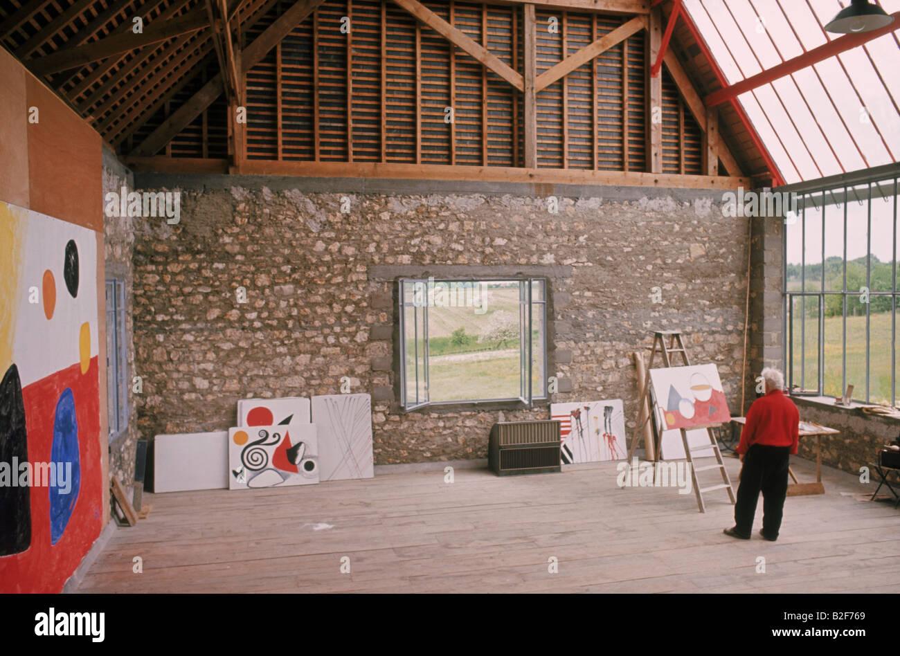 American sculptor and artist Alexander Calder (1898-1976) in his studio in 1973. - Stock Image