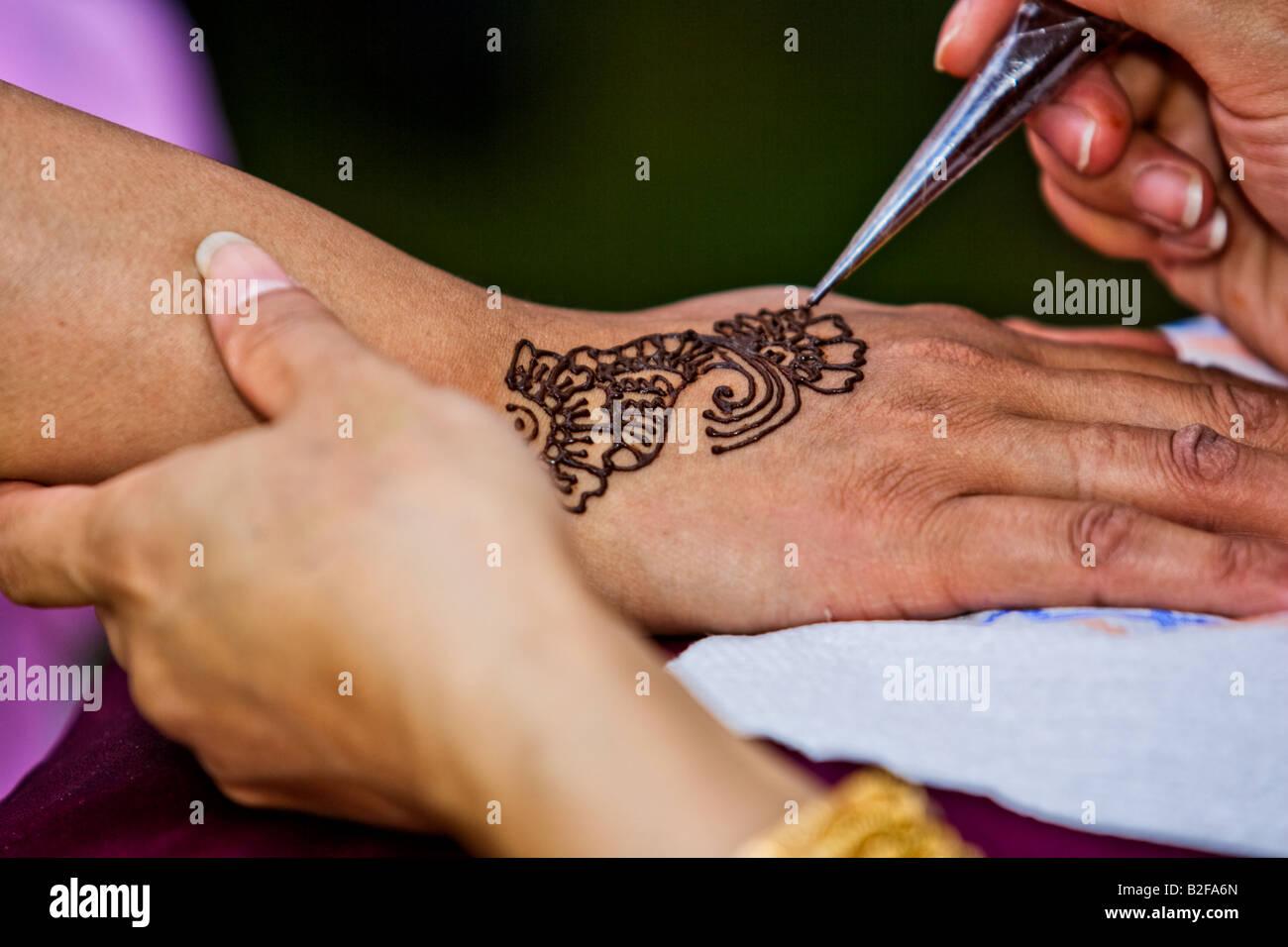 Bridal Mehndi Birmingham : Close up of hand having mehndi decoration applied at the birmingham