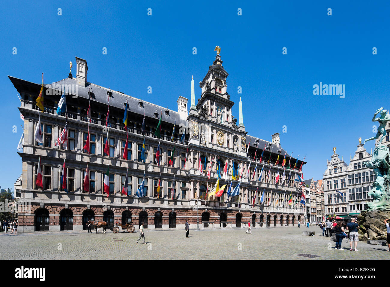 The Stadhuis and Brabo Fountain in the Grote (Markt Main) Square in the centre of the old town, Antwerp, Belgium - Stock Image