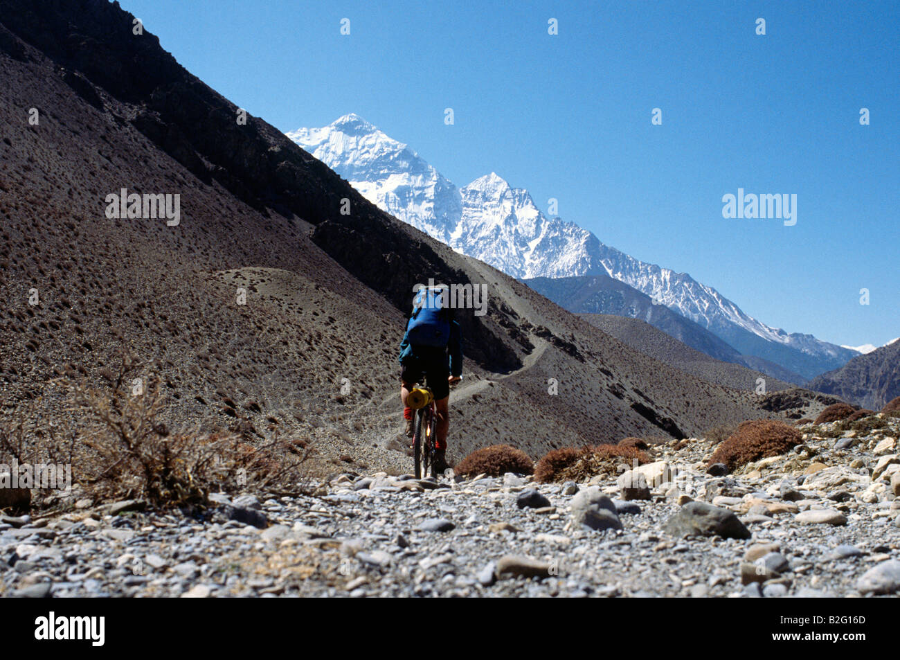 Doug Blane mountain biking around the Annapurna circuit in Himalayan Kingdom of Nepal Nepalese Himalayas - Stock Image