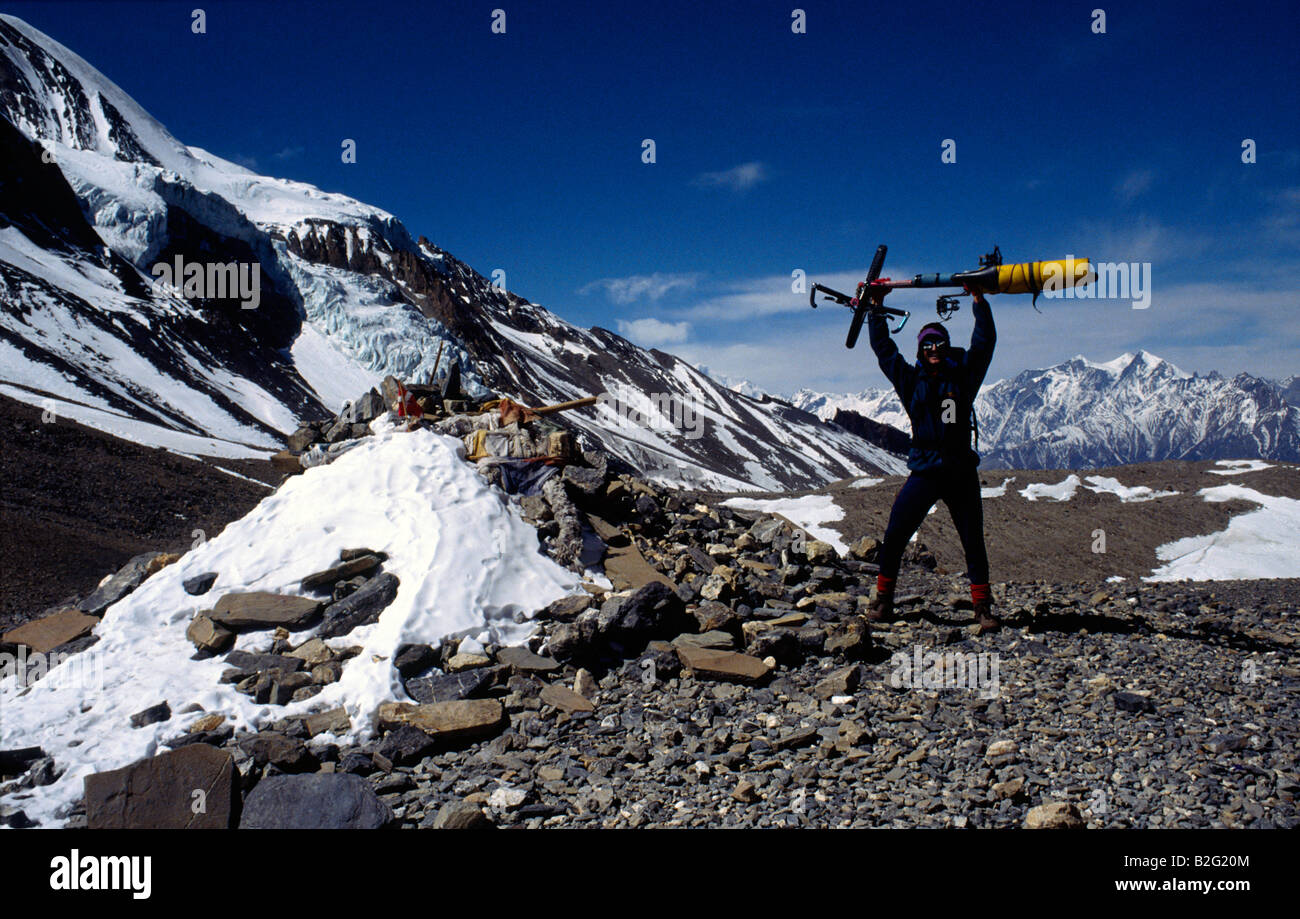 Doug Blane mountain biking around the Annapurna circuit in Himalayan Kingdom of Nepal Nepalese Himalayas thorung Stock Photo