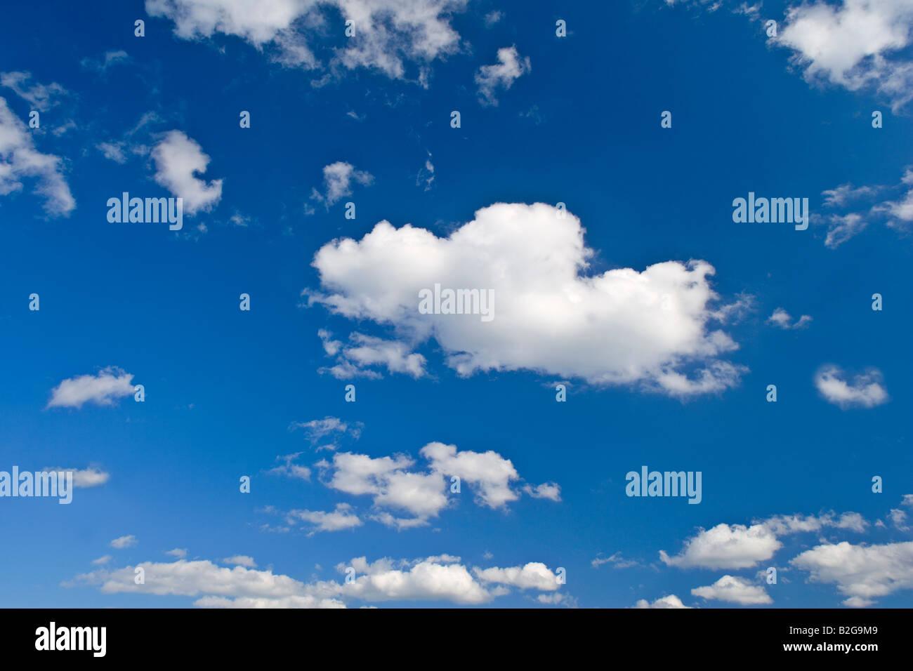 Wolken und Himmel blauer Himmel mit kleinen weissen Wolken Deutschland clouds and sky blue sky and small white clouds - Stock Image