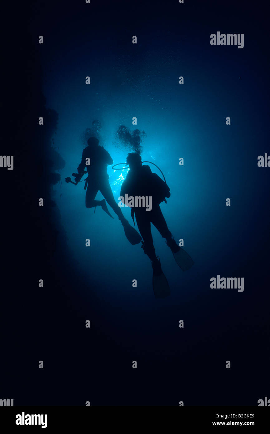 divers coral reef contre jour underwater submarine subaqua pair backlight - Stock Image