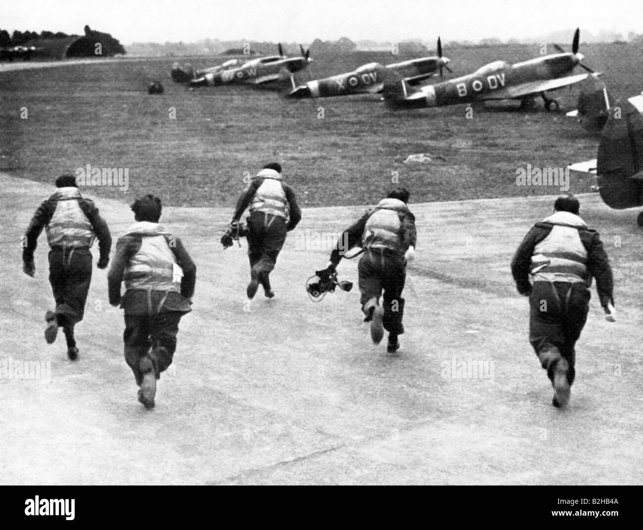 Scramble 1940 photo of English fighter pilots scrambling for their Spifires during the Battle of Britain - Stock Image