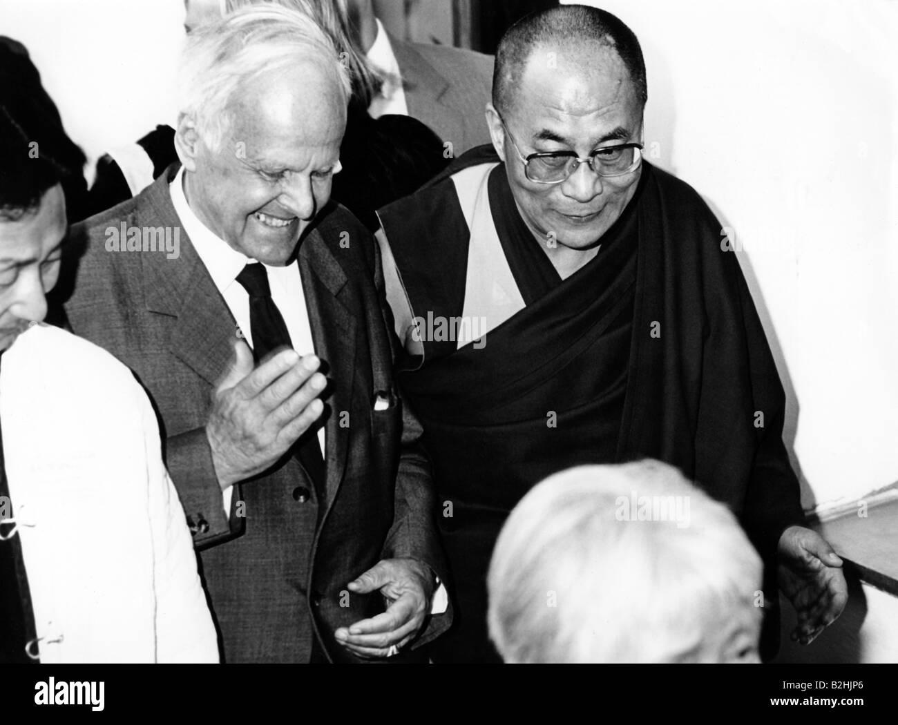 Dalai Lama 14th (Tenzin Gyatso), * 6.7.1935, Tibetan lama and politician, half length, with Carl Friedrich von Weizsäcker, - Stock Image