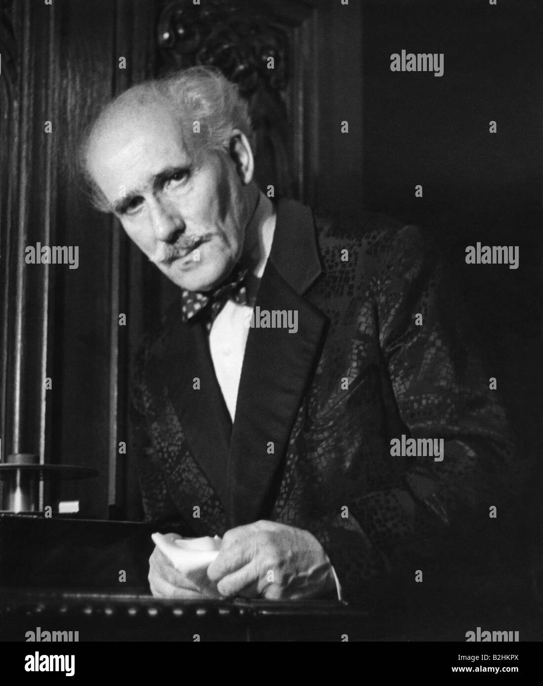 Toscanini, Arturo, 25.3.1867 - 16.1.1957, Italien conductor, half length, wearing robe, circa 1954, 1950s, , Additional - Stock Image