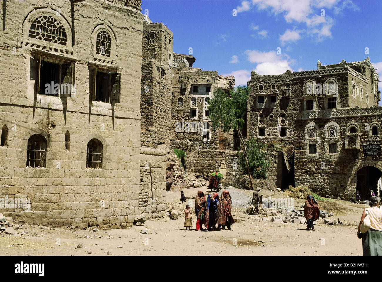 geography / travel, Yemen, Wadi Dhar, settlement, square with women and children - Stock Image