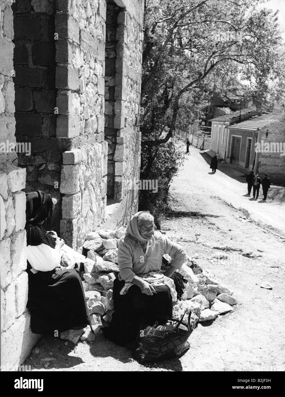 geography / travel, Italy, cities, Coculla, sreet scences, women in front of a house, 1950s, Additional-Rights-Clearances - Stock Image